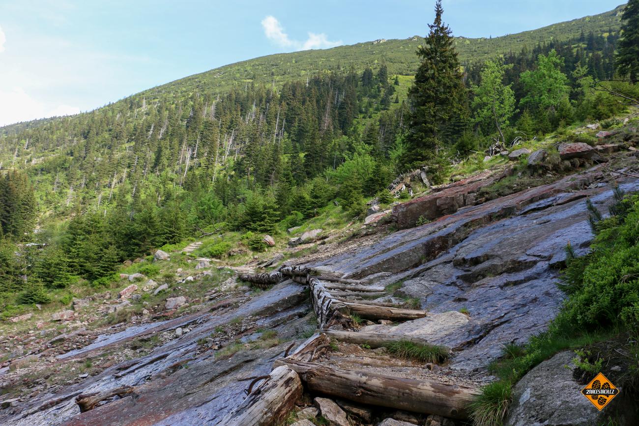 Chátrající chodník přes skalnaté podloží v údolí Bílého Labe