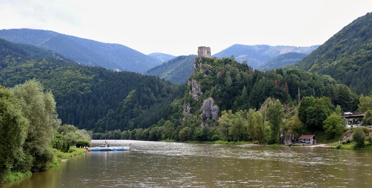 Hrad Strečno z mostu nad Váhem