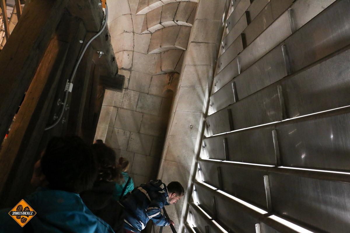 Ocelové žaluzie u zvonů katedrály sv. Václava