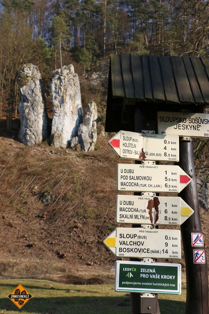 Rozcestník před Sloupsko-Šošůvskými jeskyněmi