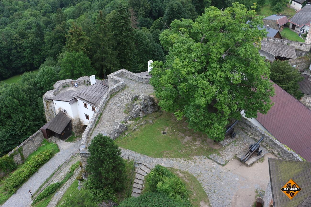 Pohled z věže hradu Sovinec
